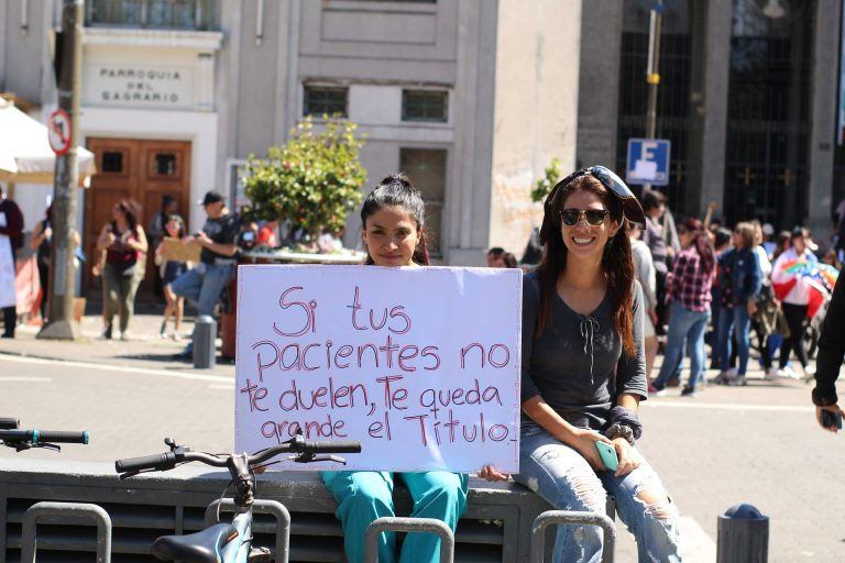 Especialistas del área critican el deplorable sistema de salud, exigiendo mejoras y que sea un derecho garantizado en la Constitución.