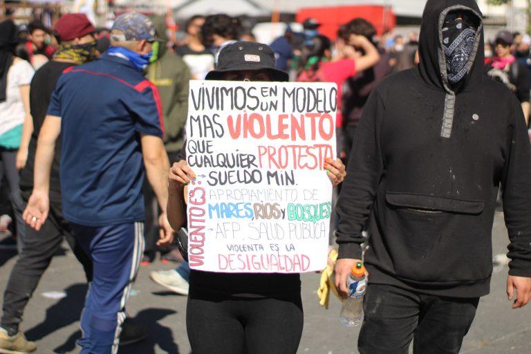 Manifestantes reclaman el aprovechamiento de la elite chilena, que se traduce en precarios sueldos, salud pública indigna, pensiones que no dan abasto, entre otras.